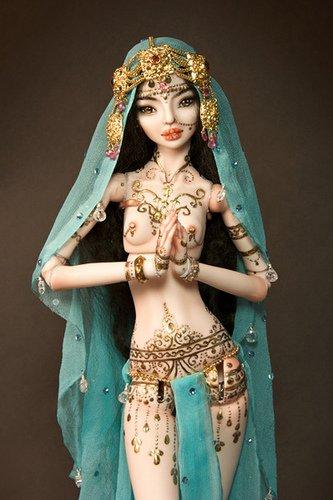 Все авторские куклы, а также одежду и все аксессуары Марина делает вручную, вообще.