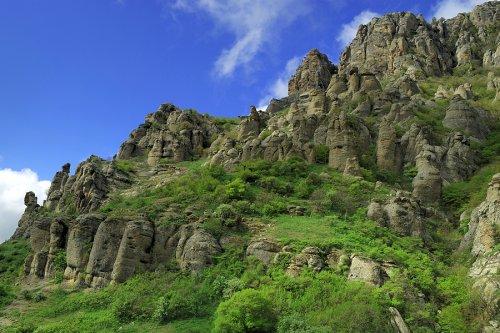 """Поход по  """"Долине привидений """" начинается на нижнем плато Чатыр Дага, добраться до которого можно по Красной тропе."""