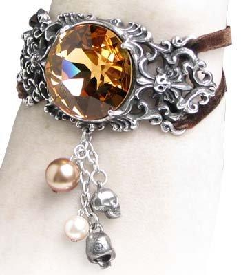 """Пышный браслет  """"Золотая смерть  """" напоминает о помпезных украшениях викторианской эпохи."""